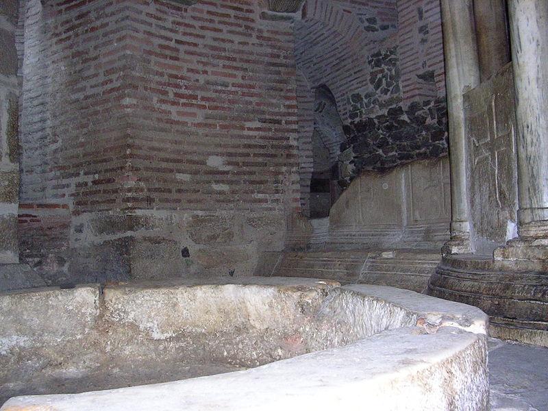 Раковина для сбора мира в крипте базилики